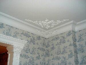 Нанесение лепнины на потолке