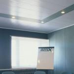 Подвесной потолок из пластиковых панелей ПВХ — фото интерьера