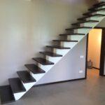 Лестница на второй этаж на косоурах