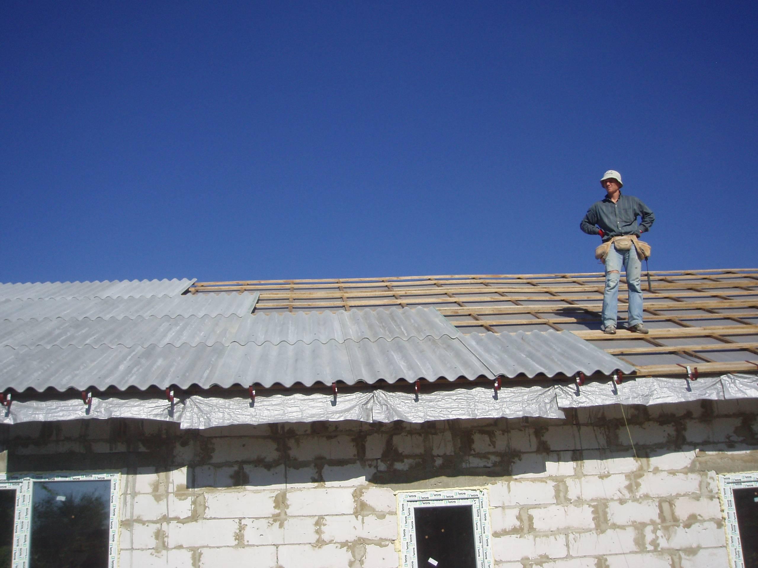Как покрыть крышу шифером своими руками видео