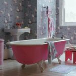 Какие обои поклеить в ванной комнате?