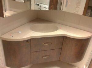 угловой мебели в ванной комнате