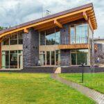 Современные деревянные дома из обычного или оцилиндрованного бревна