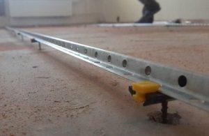 Установка уровня для цементно-песчаной стяжки