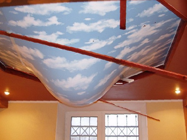 натяжной потолок затопили