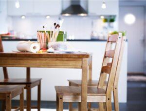 Столы и стулья в обеденную зону