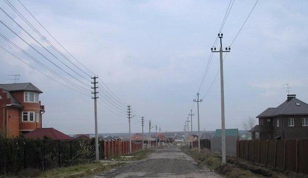 Проложенный электропровод в населенном пункте
