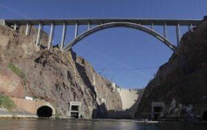 Высокий железобетонный арочный мост