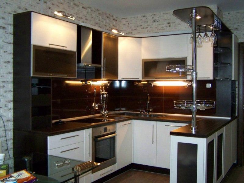 Темная кухня с барной стойкой, отлично подходит в квартиру студию.