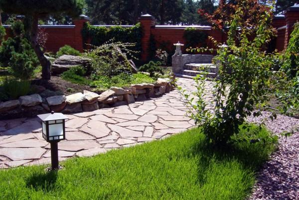 Дорожка из натурального камня у дома