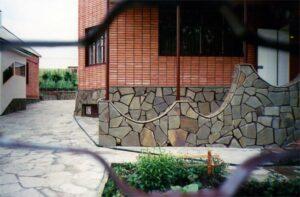 Пластушка во дворе дома фото
