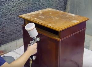 окраска мебели краскопультом