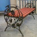 Кованые скамейки как украшение придомовой территории