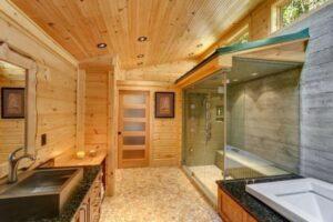 деревянными панелями стен комнаты