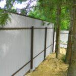 Забор из профнастила: выбор материала и способ установки