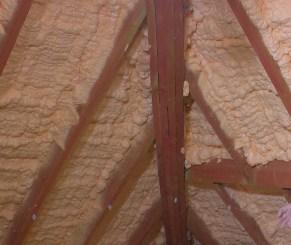 заливка пеноизола на потолке (мансарда)