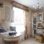 интерьер кухни со шторами