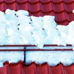 Зачем нужно убирать снег с крыши?